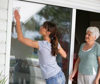 Femme qui nettoie une vitre